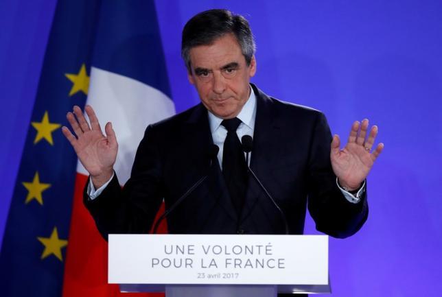 4月24日、仏大統領選の共和党候補だったフランソワ・フィヨン元首相は、前日の第1回投票で決戦に進めなかったことを受け、6月の議会選挙に向けた党内の指導的な立場から身を引くことを明らかにした。パリで23日撮影(2017年 ロイター/Christian Hartmann)