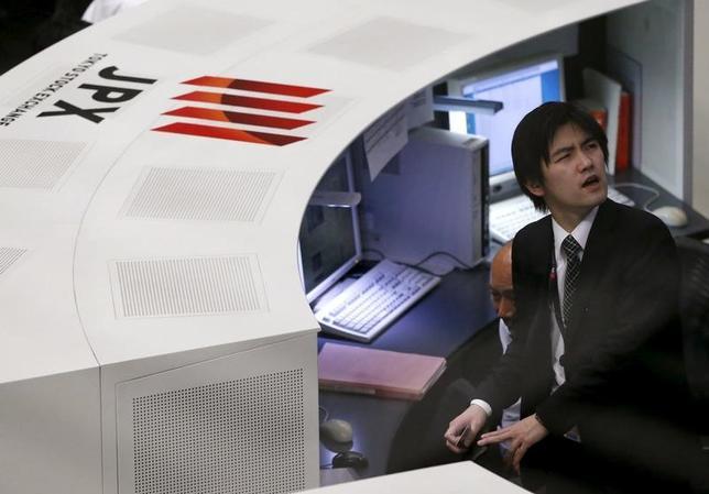 4月25日、前場の東京株式市場で、日経平均株価は前営業日比158円86銭高の1万9034円74銭となり、3日続伸した。取引時間中では4月3日以来、3週ぶりに節目の1万9000円台を回復した。写真は東京証券取引所で昨年2月撮影(2017年 ロイター/Issei Kato)