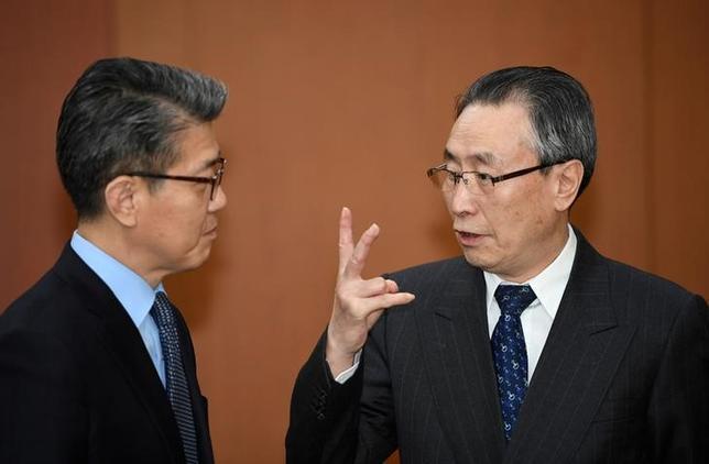 4月25日、韓国外務省の金烘均・朝鮮半島平和交渉本部長(写真左)は、北朝鮮問題への対応で中国とロシアの協力を得る方法について日米と協議したことを明らかにした。写真は韓国ソウルで10日撮影(2017年 ロイター/Pool)