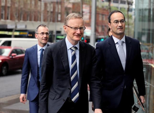 4月25日、欧州中央銀行(ECB)理事会メンバーのノボトニー・オーストリア中銀総裁(写真中央)は、米国の通商協定や税制改革などを巡る先行き不透明感を「懸念すべき」との考えを示した。写真はシドニーで昨年9月撮影(2017年 ロイター/Jason Reed)