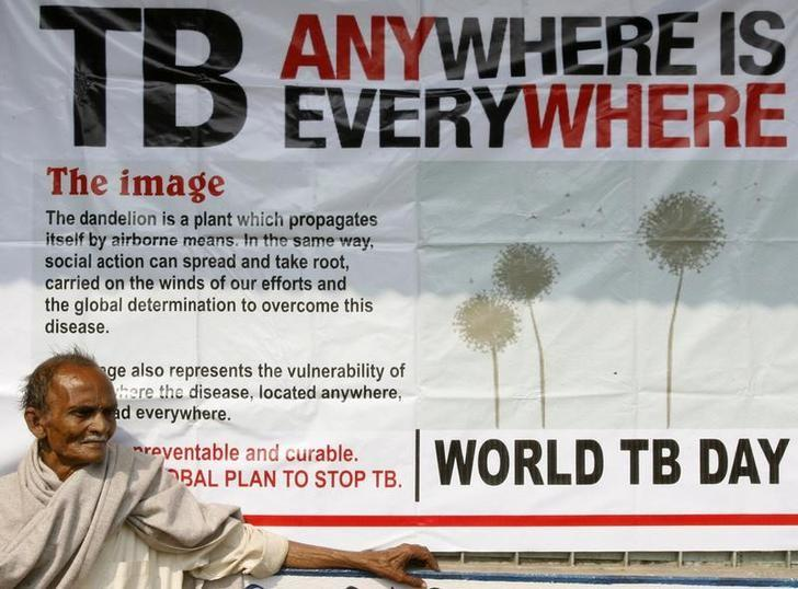 Jotindra Singh, 65, suffering from Tuberculosis (TB) waits for his free treatment outside a medical centre in the eastern Indian city of Siliguri March 24, 2009. REUTERS/Rupak De Chowdhuri/Files