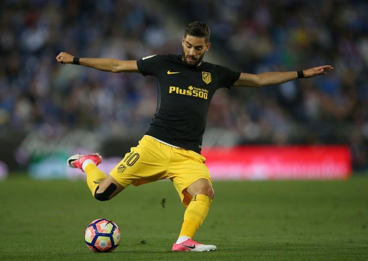 Soccer Football - Espanyol v Atletico Madrid - Spanish La Liga Santander - RCDE stadium, Cornella-El Prat (Barcelona), Spain - 22/04/2017. Atletico Madrid's Yannick Carrasco shoots a ball. REUTERS/Albert Gea