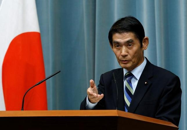4月26日、安倍晋三首相は、東日本大震災を巡り「東北で良かった」などと発言した今村雅弘復興相の辞表を受理し、後任に自民党の吉野正芳・元環境副大臣を起用する考えを示した。「任命責任はもとより、こうした結果に心からおわびする」とあらためて陳謝した。写真は官邸で昨年8月撮影(2017年 ロイター/Kim Kyung Hoon)