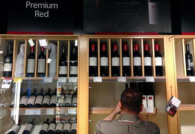 4月26日、オーストラリア連邦統計局が発表した第1・四半期の消費者物価指数(CPI)は、総合に相当するオールグループが前年比2.1%上昇し、2014年以降初めて2%を上回る伸びとなった。写真はシドニーのワインショップで2014年8月撮影(2017年 ロイター/David Gray)
