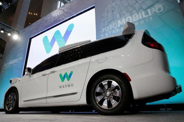 4月25日、米自動車メーカー各社は、カリフォルニア州に対し自動運転車に関する規制案を一段と緩和するよう要請した。以前に異議を申し立てたが、同州からの反応はなかったという。写真はウェイモ開発の自動運転車。米デトロイトで開かれた北米国際モーターショーで1月撮影(2017年 ロイター/Brendan McDermid)
