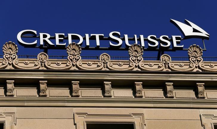 资料图片:2016年11月,苏黎世,瑞士信贷银行楼顶的公司标识。REUTERS/Arnd Wiegmann