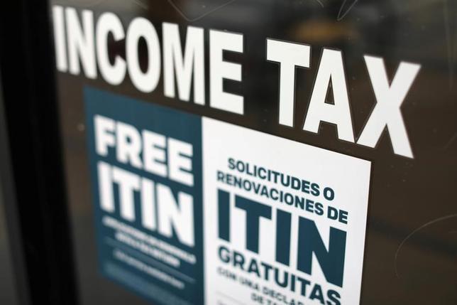 4月26日、トランプ米政権は、法人税減税や海外利益に対する税率引き下げなどを柱とする税制改革案の概要を発表した。ロサンゼルスの税務署(2017年 ロイター/Mike Blake)