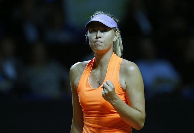 4月26日、女子テニスのポルシェ・グランプリ、元世界ランク1位でドーピング違反による1年3カ月の資格停止処分が明けたマリア・シャラポワ(写真)は、シングルス1回戦でロベルタ・ビンチを下した(2017年 ロイター/RalphOrlowski)
