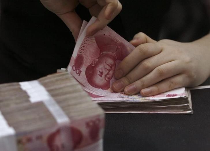 资料图片:2010年6月,中国江西赣州,招商银行工作人员在点钞。REUTERS/Bobby Yip