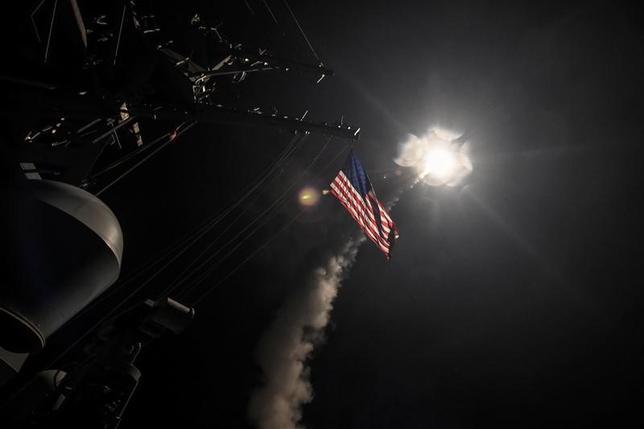 4月26日、トランプ米大統領は、イラクとシリアに派遣する米軍部隊の上限を決定する権限を国防総省に移管した。写真は7日、米軍によるシリアミサイル攻撃を撮影したもの。米海軍提供写真(2017年 ロイター)