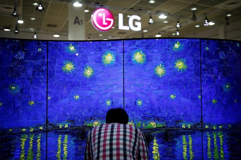 A man examins LG Electronics' double-faced and curved OLED TV during Korea Electronics Show 2016 in Seoul, South Korea, October 27, 2016.  REUTERS/Kim Hong-Ji