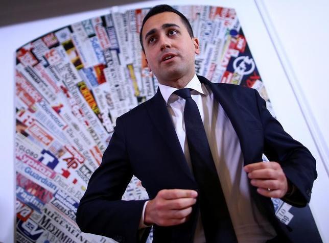 4月26日、イタリアで支持率トップの新興野党「五つ星運動」が1年後の総選挙に向けて主要な分野で政策をまとめている。選挙で勝利する公算が高まる中、反既成政治政党のイメージを薄め、政権運営を担う用意があることを示す狙いがある。写真五つ星運動のルイジ・ディマイオ氏。ローマで3月撮影(2017年 ロイター/Alessandro Bianchi)