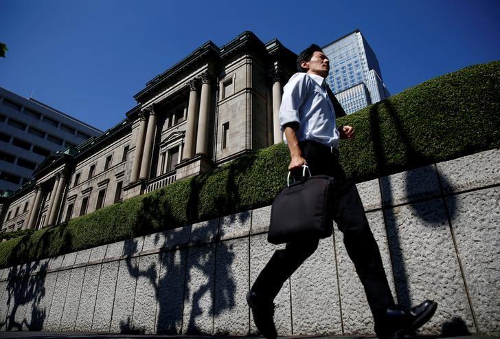 2016年7月,一名男子路过日本央行总部。REUTERS/Kim Kyung-Hoon