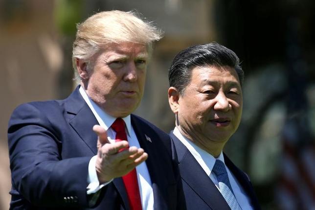 4月27日、中国が、北朝鮮に対し、核実験を強行した場合、独自に制裁を課すと警告していたことが明らかになった。ティラーソン米国務長官が明らかにした。写真は4月、米フロリダ州で会談するトランプ米大統領(左)と中国の習近平国家主席(2017年 ロイター/Carlos Barria)