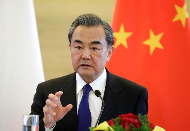 4月28日、中国の王毅外相(写真)は、朝鮮半島情勢について、状況が悪化し制御不能となる可能性があるとの認識を示した。ロシアの外交官に語った。写真は北京で14日撮影(2017年 ロイター/Jason Lee)