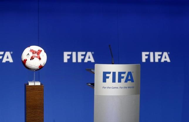 4月27日、フランスの金融検察当局(PNF)の関係筋は、PNFが国際サッカー連盟(FIFA)の決定した2018年と2022年ワールドカップ(W杯)の開催予定国であるロシアとカタールに開催資格があるかどうか調査を進めていると明かした。1月撮影(2017年 ロイター/Arnd Wiegmann)