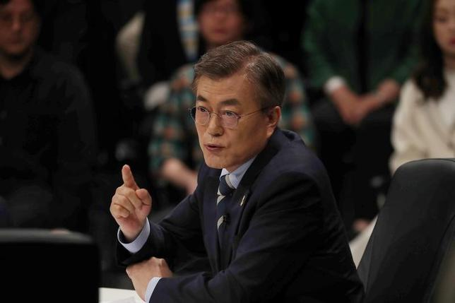 4月28日、韓国最大野党「共に民主党」の大統領候補、文在寅(ムン・ジェイン)前代表(写真)の外交顧問を務める金基仲・延世大学校教授は、韓国が新型迎撃ミサイル(THAAD)システム配備の費用を負担することは、選択肢として「ありえない」との認識を示した。写真は25日、韓国・高陽市で行われたテレビ討論会で撮影。提供写真(2017年 ロイター)