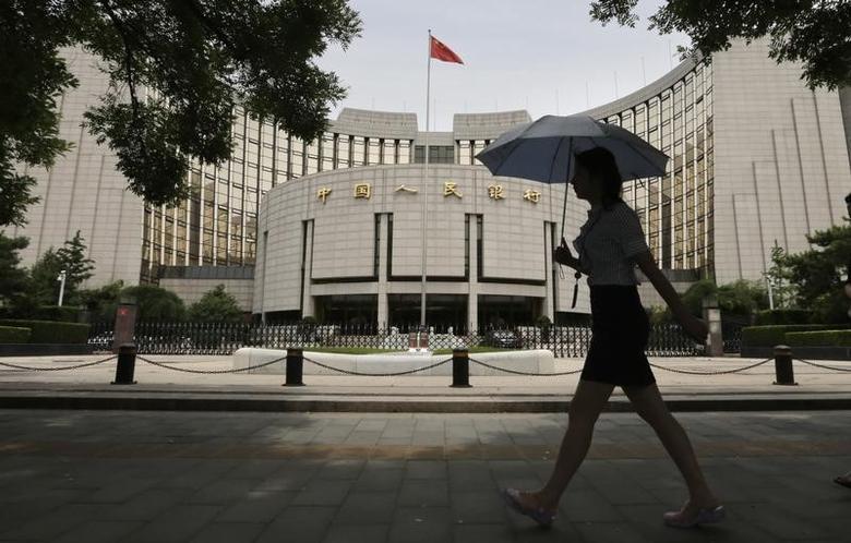 资料图片:2013年6月,一名女子路过中国央行总部大楼。REUTERS/Jason Lee