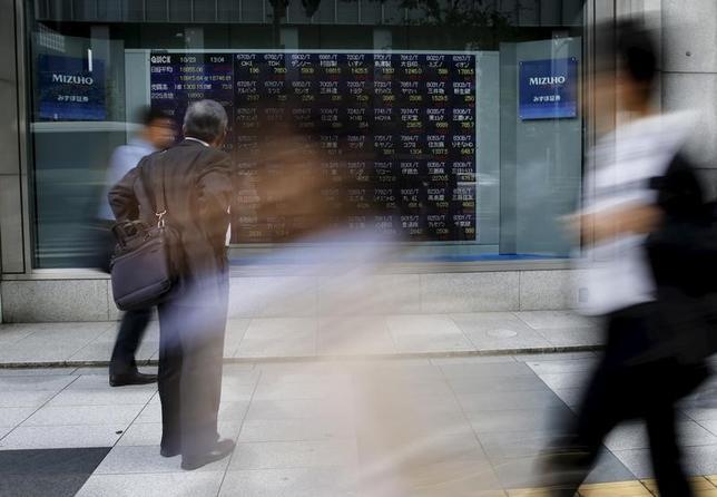 4月28日、東京株式市場で日経平均は続落。前日の米国株が小幅高となる中、横ばい圏内でのスタートとなったが、外部環境の変化は乏しいとの見方から、小口の利益確定売りに押され軟化した。写真は都内で2015年12月撮影(2017年 ロイター/Toru Hanai)