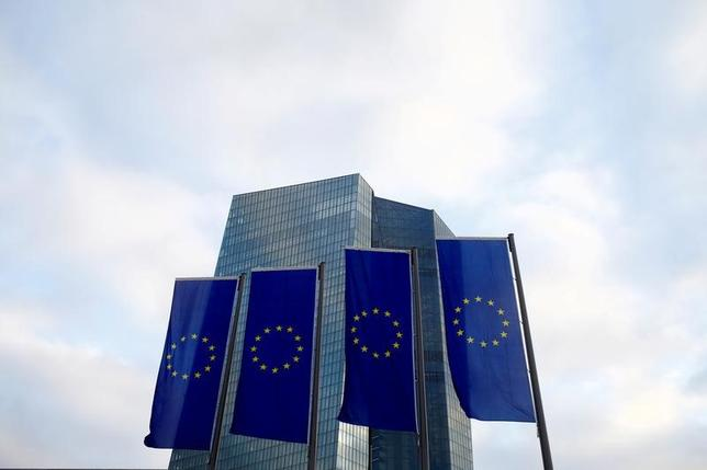 4月28日、欧州中央銀行(ECB)が公表した調査によると、ユーロ圏のインフレ率は当初予想より速いペースで加速する可能性があるが、基調インフレは緩やかな伸びにとどまると予想されている。写真はフランクフルトのECB本部。27日撮影(2017年 ロイター/Ralph Orlowski/File Photo)