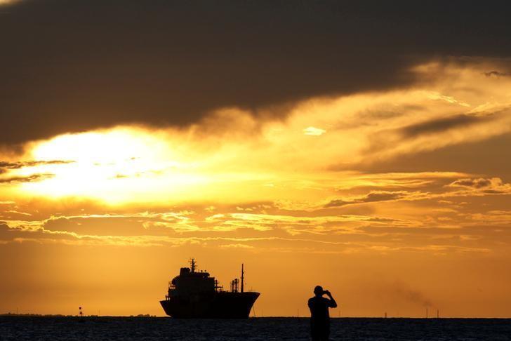2017年4月26日,巴西港口福塔雷萨,一名男子在拍摄夕阳。REUTERS/Paulo Whitaker