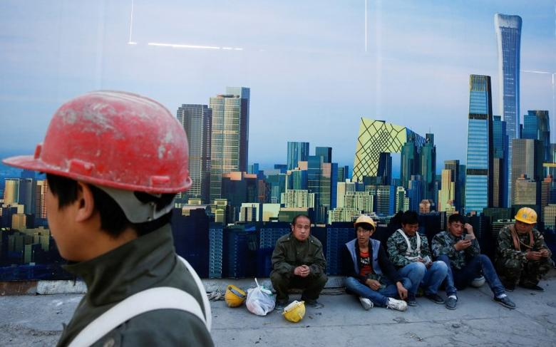 Workers sit outside a construction site in the Central Business District in Beijing, China, April 18, 2017.  REUTERS/Thomas Peter