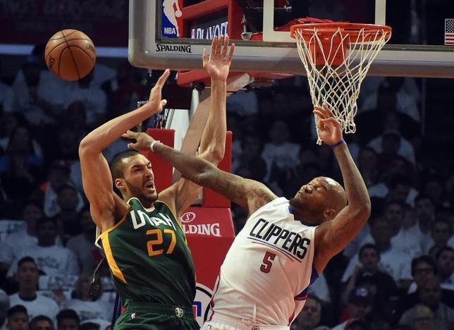 4月29日、NBAプレーオフ1回戦、クリッパーズ対ジャズは30日に第7戦を迎える。ジャズのセンター、ルディ・ゴベール(左)がカギとみられる。ロサンゼルスで25日撮影(2017年 ロイター/Richard Mackson-USA TODAY Sports)