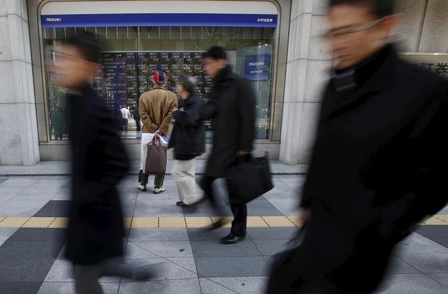 5月1日、今週の東京株式市場は一進一退の展開が想定されている。大型連休明けの為替変動リスクが意識され、ポジションを一方向に傾けにくい。2016年2月、都内で撮影(2017年 ロイター/Yuya Shino)