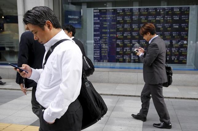 5月1日、前場の東京株式市場で、日経平均株価は前営業日比78円25銭高の1万9274円99銭となり反発した。写真は都内にある証券会社の株価ボード。2015年10月撮影(2017年 ロイター/Toru Hanai)
