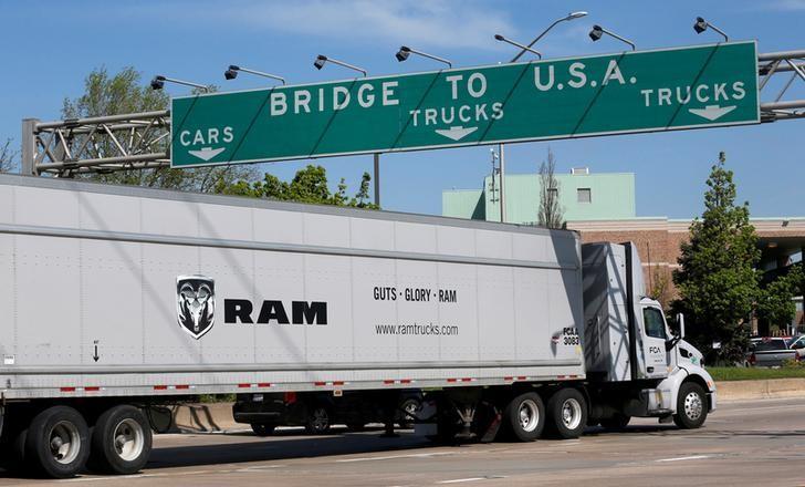 2017年4月28日,加拿大安大略省温莎市,一辆开往底特律的半挂车将驶上Ambassador大桥。 REUTERS/Rebecca Cook