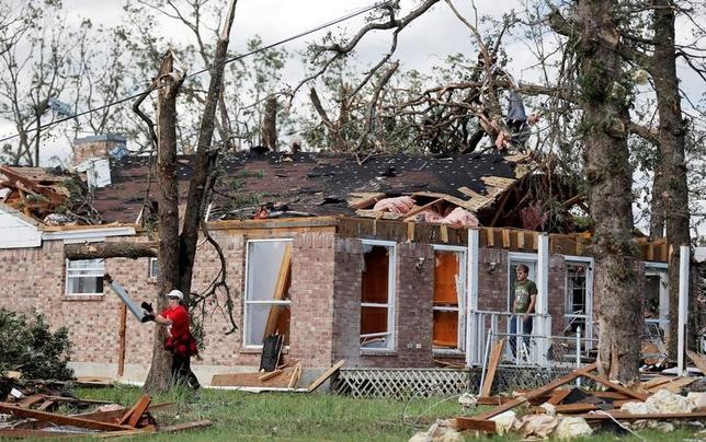 4月30日、米メディアの報道などによると、テキサス州など同国南部で竜巻や嵐が発生し、少なくとも計11人が死亡した。写真は被害にあったテキサス州エモリー(2017年 ロイター/Brandon Wade)