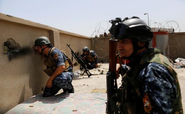 4月30日、イラクの陸軍参謀総長は、過激派組織「イスラム国」(IS)からイラク北部の主要都市モスルを奪還する作戦が5月中に完了するとの見通しを示した。写真は29日、モスル西部で「イスラム国」と交戦するイラク警察(2017年 ロイター/Danish Siddiqui)