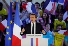 Emmanuel Macron a promis lundi de reconsidérer sa position sur le CETA si son impact est jugé négatif par une commission d'experts qu'il propose de nommer s'il est élu dimanche à la présidence de la République. /Photo prise le 1er mai 2017/REUTERS/Benoit Tessier