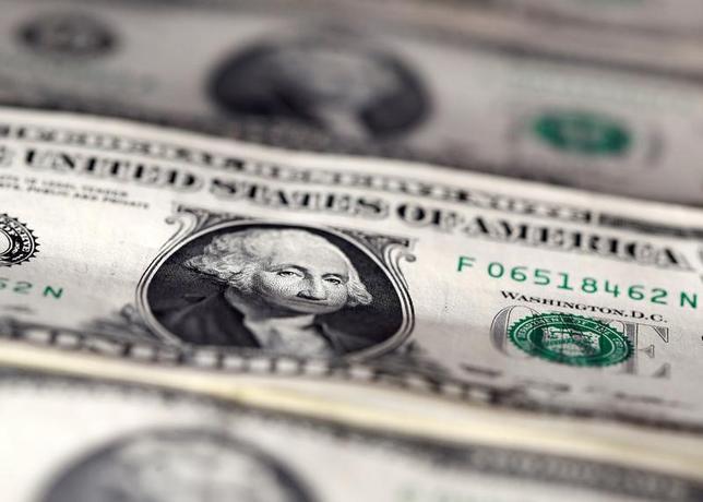 5月1日、ニューヨーク外為市場では、ドルが対円で上昇して一時1カ月ぶり高値を付けた。弱い米経済指標が発表されたが、米連邦準備理事会(FRB)が6月に利上げする上で妨げにはならないとの見方が広がった。2016年11月撮影(2017年 ロイター/Dado Ruvic)