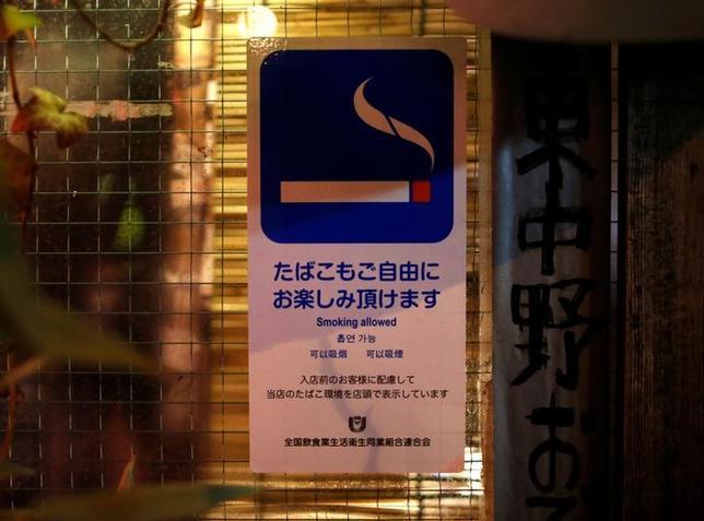 5月2日、厚生労働省が2020年の東京オリンピック・パラリンピックに向けて受動喫煙対策を強化するために提示した法改正の素案が、自民党議連や飲食業界の強い反発に遭い、宙に浮いている。写真は都内の居酒屋で3月撮影(2017年 ロイター/Issei Kato)