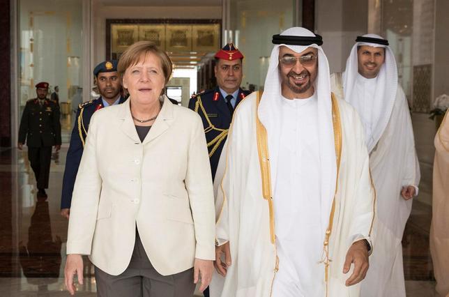 5月1日、ドイツのメルケル首相(写真左)は、欧州連合(EU)とベルシャ湾岸6カ国で構成する湾岸協力会議(GCC)との間で長年交渉が続いている自由貿易協定について、合意に達することを期待していると述べ、アブダビ首長国のムハンマド皇太子(写真右)とも通商協定について協議する意向を示した。提供写真(2017年 ロイター)