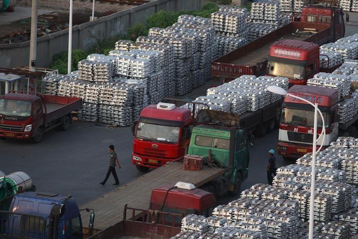 资料图片:2012年9月,中国江苏无锡一处铝锭仓库。REUTERS/Aly Song
