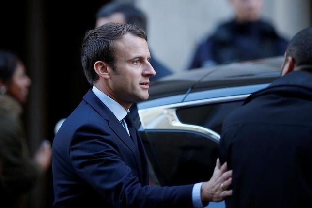 5月2日、オピニオンウェイが公表した世論調査によると、5月7日に行われる仏大統領選決選投票では、中道系独立候補のマクロン氏(写真)の得票率が60%に達し、40%の極右政党・国民戦線(FN)のルペン氏に勝利する見通し。パリで撮影(2017年 ロイター/Benoit Tessier)