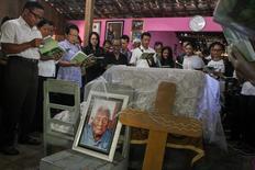 Un hombre indonesio que podría ser la persona más anciana del mundo murió esta semana a los 146 años, dijeron el martes miembros de su familia. En la imagen, familiares y amigos oran junto al ataúd de Sodimejo,  en Sragen, Java Central, Indonesia, el 1 de mayo de 2017. Antara Foto/Mohammad Ayudha/via