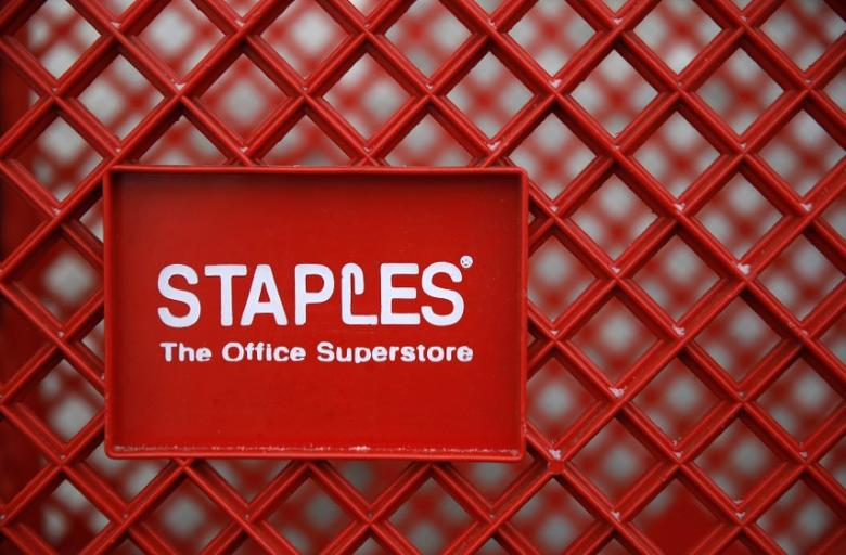 FILE PHOTO: A shopping cart is seen outside a Staples office supplies store in the Chicago suburb of Glenview, Illinois, February 4, 2015. REUTERS/Jim Young/File Photo
