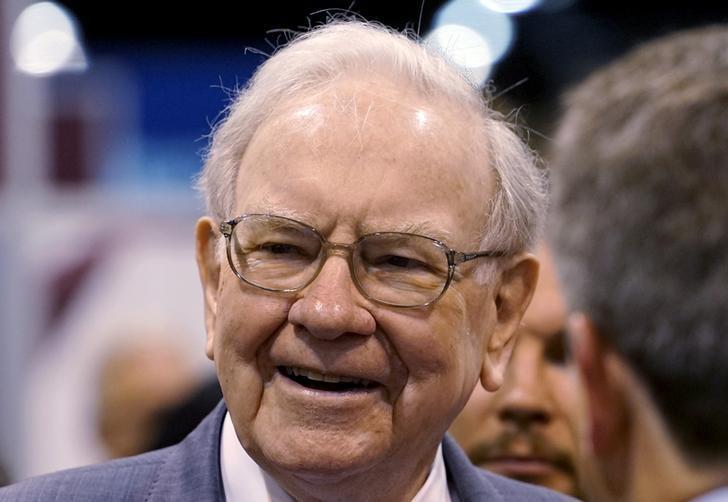FILE PHOTO - Berkshire Hathaway CEO Warren Buffett talks to reporters prior to the Berkshire annual meeting in Omaha, Nebraska, U.S. on May 2, 2015.  REUTERS/Rick Wilking/File Photo