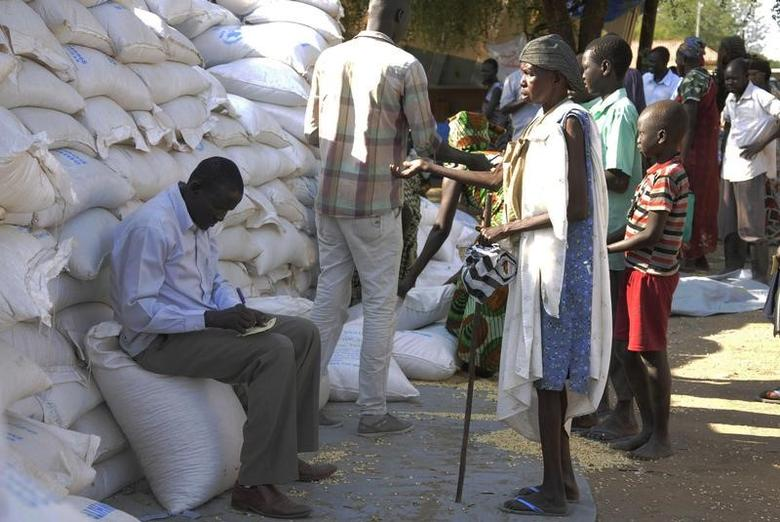 FILE PHOTO: An internally displaced South Sudanese woman (R) waits to receive food aid from the World Food Programme in Bor, Jonglei state, December 10, 2014.  REUTERS/Jok Solomon