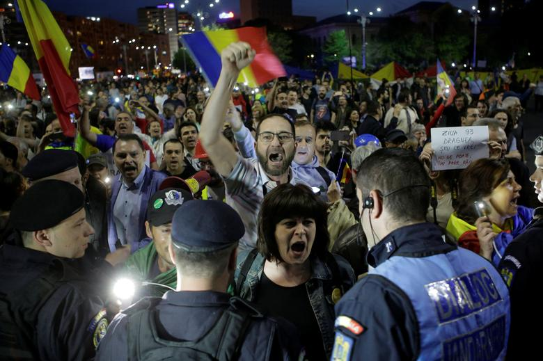 Protesters shout slogans during a demonstration in front of the government building in Bucharest, Romania, May 3, 2017. Inquam Photos/George Calin via REUTERS