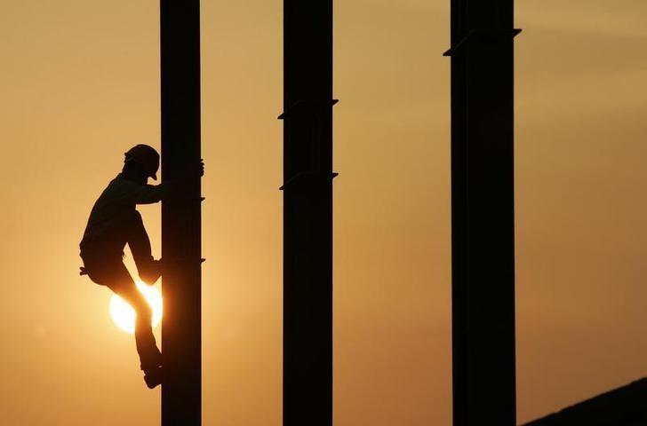 资料图片:2007年6月,上海虹桥机场附近一处建筑工地的工人。REUTERS/Aly Song (CHINA)