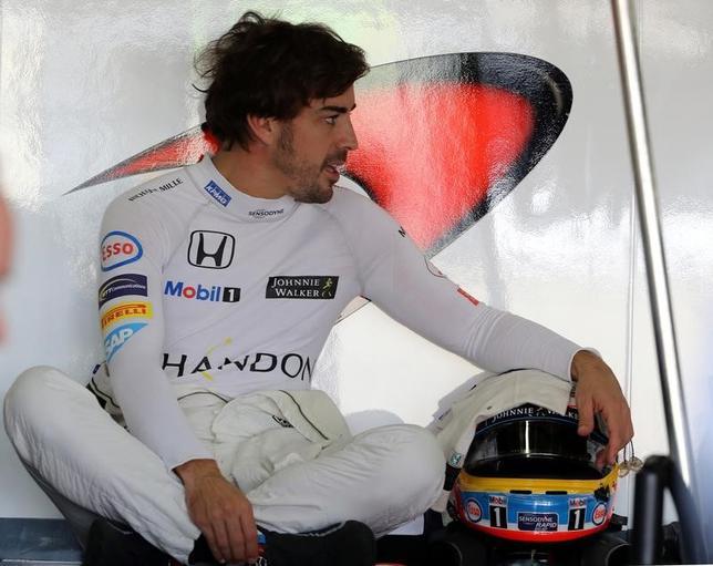 5月3日、自動車レースF1のマクラーレン・ホンダに所属し、インディアナポリス500マイルにスポット参戦することとなったフェルナンド・アロンソが、ルーキーオリエンテーションのテストを完了した。サンパウロで2016年11月撮影(2017年 ロイター/Paulo Whitaker)