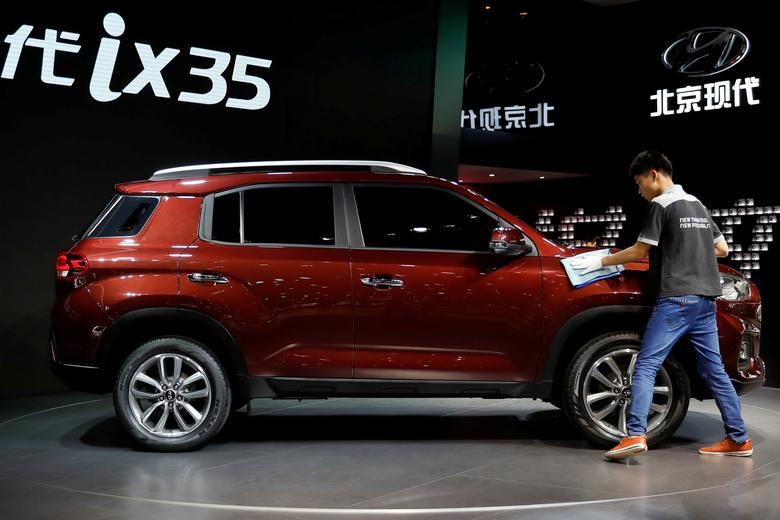 FILE PHOTO: A man cleans the Hyundai ix35 displayed at the Shanghai Auto Show during its media day, in Shanghai, China April 19, 2017. REUTERS/Aly Song/File Photo