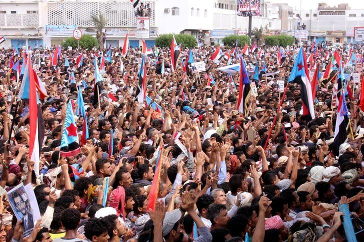 Supporters of the separatist Southern Movement demonstrate against recent decisions by President Abd-Rabbu Mansour Hadi that sacked senior officials supported by the United Arab Emirates, including Aden governor Aidaroos al-Zubaidi, in the southern port city of Aden, Yemen May 4, 2017. REUTERS/Fawaz Salman