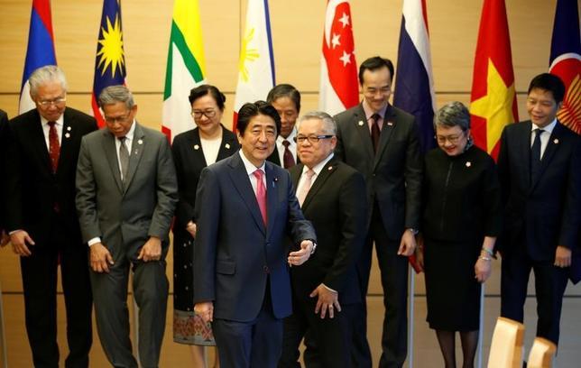 4月5日、財務省は東南アジア諸国連合(ASEAN)に対し、金融危機時に円と相手通貨国を交換できる仕組みを新たに提案した。安倍首相とASEAN諸国の財務相、官邸で先月6日撮影(2017年 ロイター/Toru Hanai)