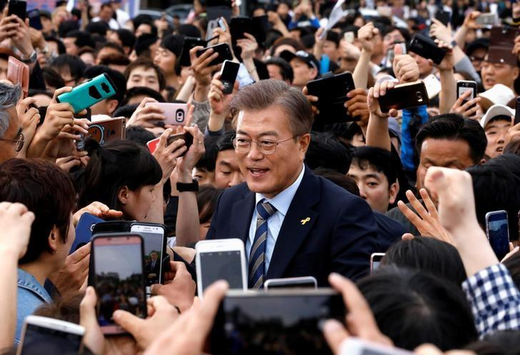 Moon Jae-in, the presidential candidate of the Democratic Party of Korea, is greeted by his supporters during his election campaign rally in Goyang, South Korea, May 4, 2017.  REUTERS/Kim Hong-Ji