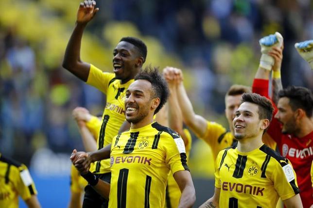 5月6日、サッカーのドイツ1部、ブンデスリーガ、香川真司が所属するドルトムントはホッフェンハイムを2─1で下し、3位に浮上した。写真は勝利を喜ぶドルトムントの選手ら(2017年 ロイター)